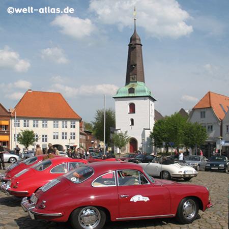Porschetreffen auf dem Marktplatz mit der Stadtkirche in Glückstadt, Kreis Steinburg