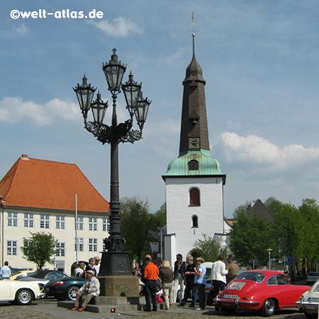 Kandelaber auf dem Marktplatz mit der Stadtkirche in Glückstadt, Kreis Steinburg