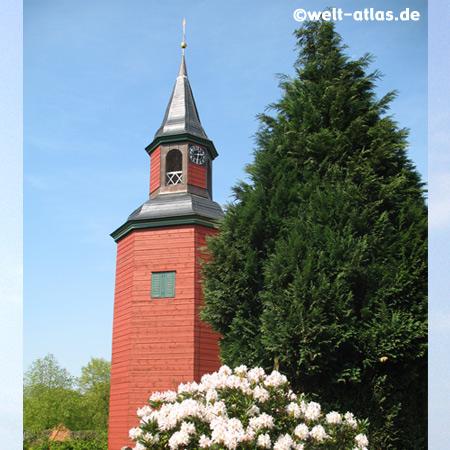Trinitatis-Kirche in Wewelsfleth mit achteckigen hölzernem Glockenturm, Kreis Steinburg