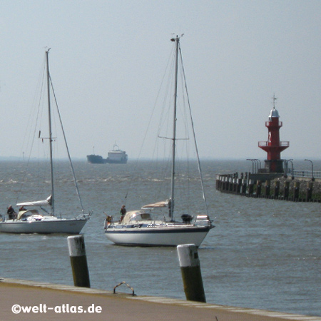 Segler bei der Einfahrt zum Nord-Ostsee-Kanal, Brunsbüttel