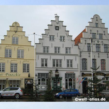 Schöne Häuser mit Treppengiebeln am Marktplatz in  Friedrichstadt