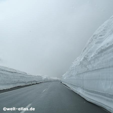 Schnee am Timmelsjoch, zwischen Österreich und Italien im Juni