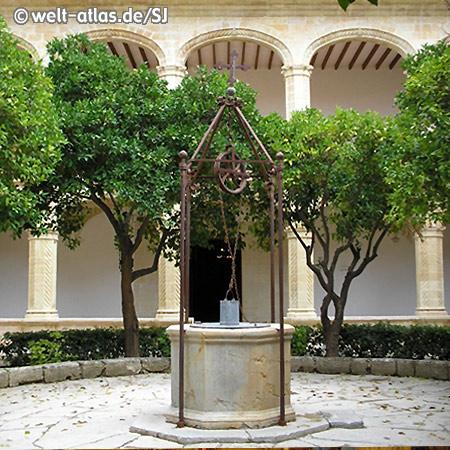 Brunnen in der Mitte des Kreuzgangs des St. Vincent Klosters in Manacor