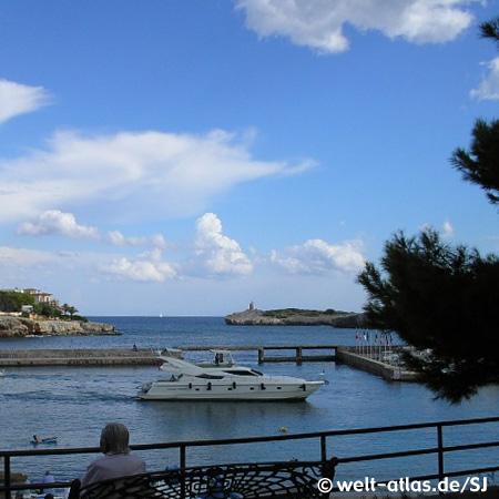 Hafeneinfahrt von Porto Cristo mit Yacht im Vordergrund