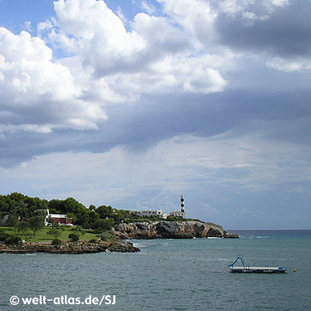 View to the port exit and the lighthouse of Porto ColomFar de Sa Punta de Ses Crestes,Position: 39° 24,9′ N / 03° 16,3′ E