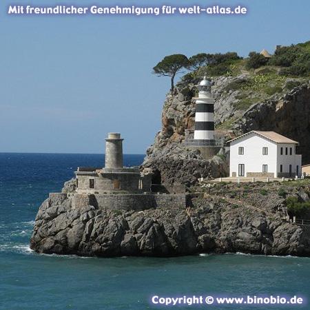 Auf dem Felsen die Reste des Leuchtturms von Bufador dahinter der Leuchtturm Far de sa Creu in Port de Sóller