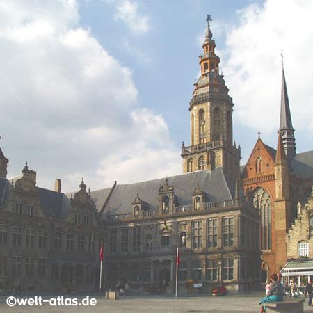 Das Rathaus am Marktplatz von Veurne wurde im flämischen Renaissancestil erbaut