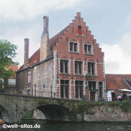Haus im flämischen Stil über einer Kanalbrücke in Brügge