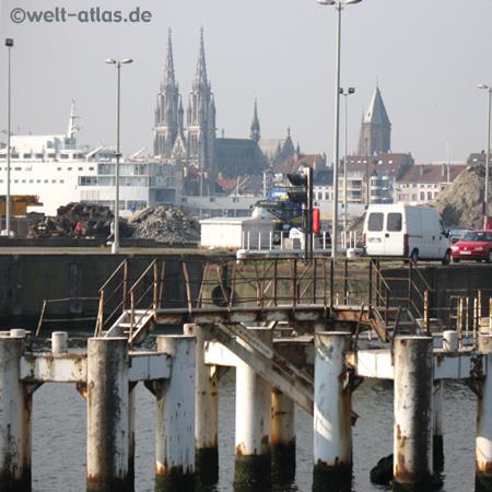 Ostende, Hafen und St. Petrus und Paulus-Kirche