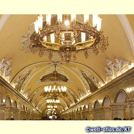 Die Stationen der Moskauer Metro sind prächtig ausgestaltet wie unterirdische Paläste, hier der Bahnhof Komsomolskaja
