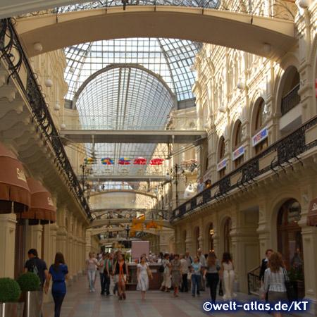 Im bekannten GUM Luxus-Einkaufszentrum am Roten Platz in Moskau
