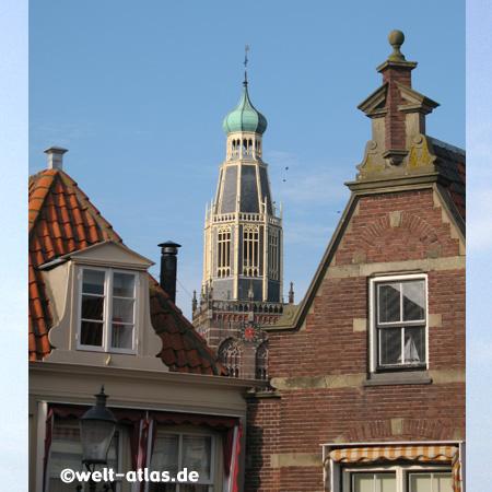 Giebel und der Turm der Sint-Pancratius-Kirche in Enkhuizen