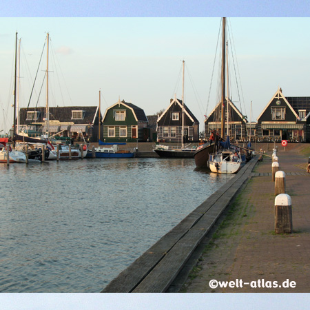 Hafen von Marken in Nord-Holland – war früher eine Insel in der Zuidersee, nun durch einen Damm verbunden