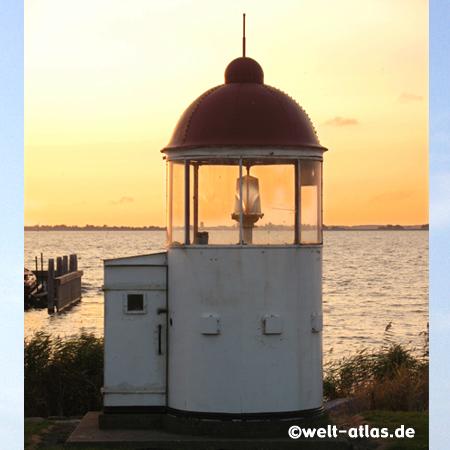 Leuchtfeuer am Hafen von Marken in Nord-Holland, Blick Richtung Volendam