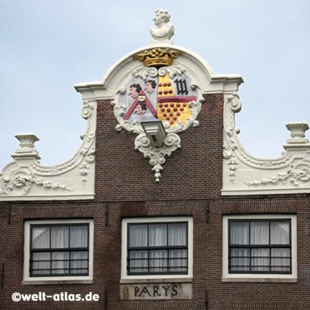 Amsterdams Häuser in der Altstadt haben wunderschöne Giebel