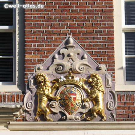 Wappen an einer Fassade
