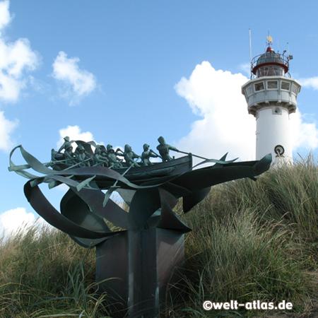 Jan van Speijk-Leuchtturm in Egmond aan Zee mit dem Denkmal für Schiffbrüchige, Position: 52°37,2' N 004°37,4' E