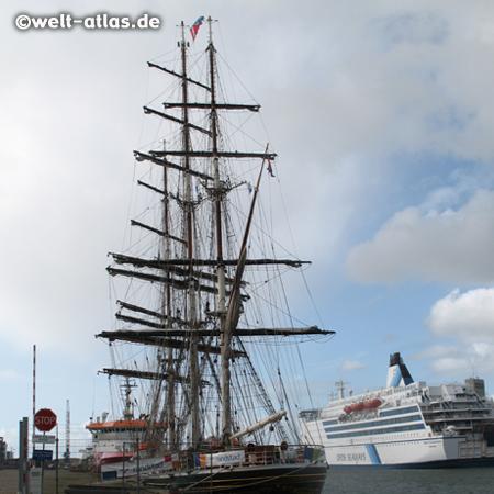 IJmuiden, Hafen, Großsegler und Fähre nach Schottland, Noord-Holland, Niederlande