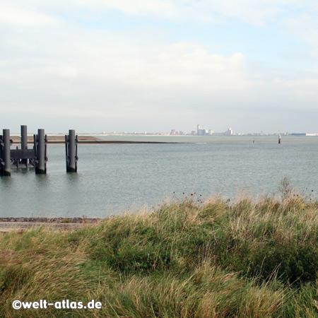 Blick von Breskens auf die Mündung der Westerschelde in die Nordsee; im Hintergrund die Stadt Vlissingen