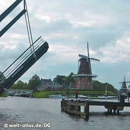 Windmühlen und Brücken in Dokkum