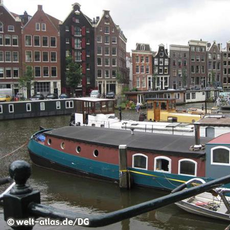 Gracht mit Hausbooten in Amsterdam