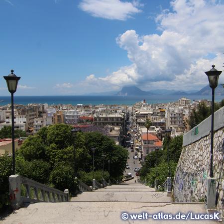 Blick von der Agiou-Nikolaou-Treppe zum Hafen und über den Golf von Patras zum Berg Varasova