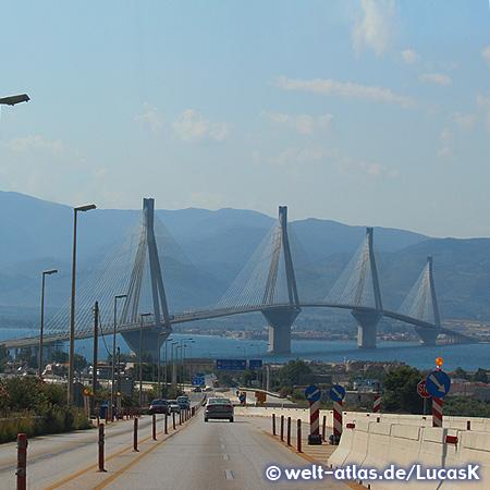 Die Rio-Andirrio-Brücke über den Golf von Korinth nahe Patras, hier verläuft auch die Trennlinie zum Golf von Patras