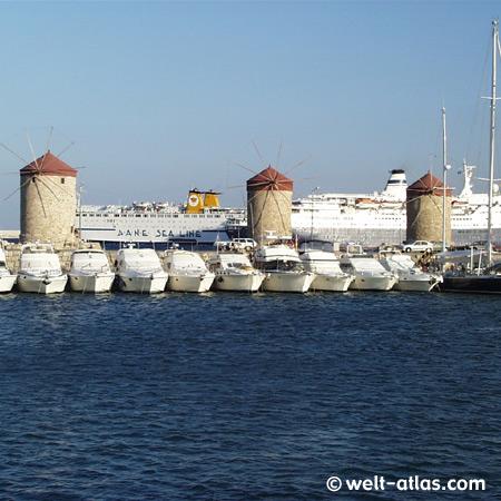 Hafen von Rhodos mit Mühlen im Mandraki-Hafen