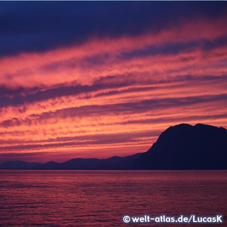 Glutvoller Sonnenuntergang bei Patras