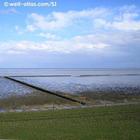 Ansicht auf zurückgezogene Nordsee vom Deich aus.