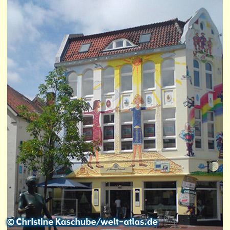 """Bünting-Coloniale Haus in Leer, Ostfriesland – vor dem Teehandelshaus steht die Statue der """"Teelke"""", daneben ist gleich das Teemuseum"""