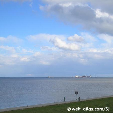 Nordsee mit Schiffen am Horizont
