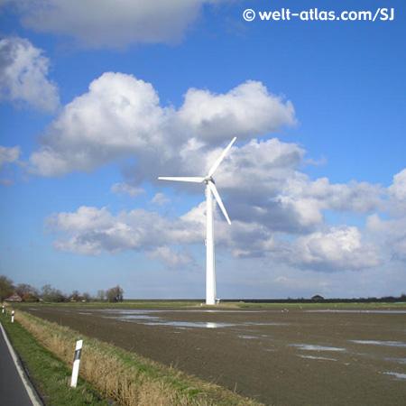 Windmühle der Moderne. Windkraftanlage bei Horumersiel auf einem Acker