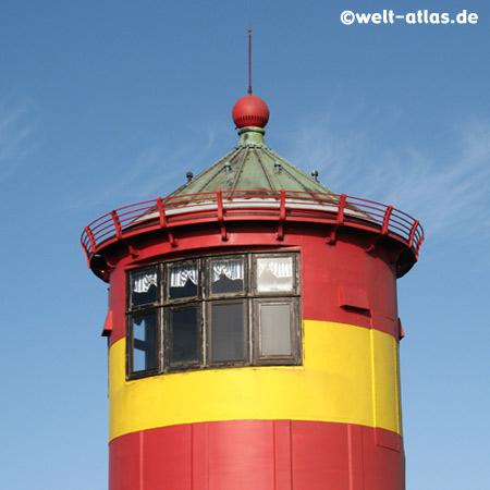 der gelb-rot geringelte Pilsumer Leuchtturm ist ein Wahrzeichen Ostfrieslands, heute nicht mehr als Leuchtturm in Betrieb. Koordinaten: 53° 29′ 52,5″ N, 7° 2′ 44,4″ O