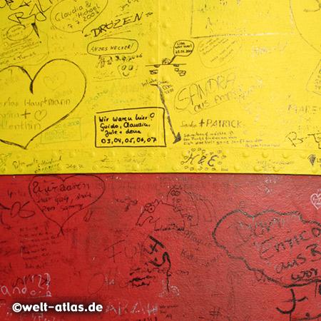 gelb-rot geringelter Pilsumer Leuchtturm, ein Wahrzeichen Ostfrieslands, heute nicht mehr als Leuchtturm in Betrieb. Graffiti, Detail mit Grüße und Herzen