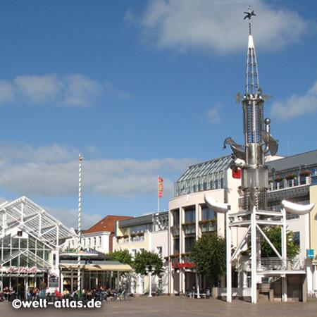 Sous-Turm auf dem Marktplatz mit Markthalle in Aurich