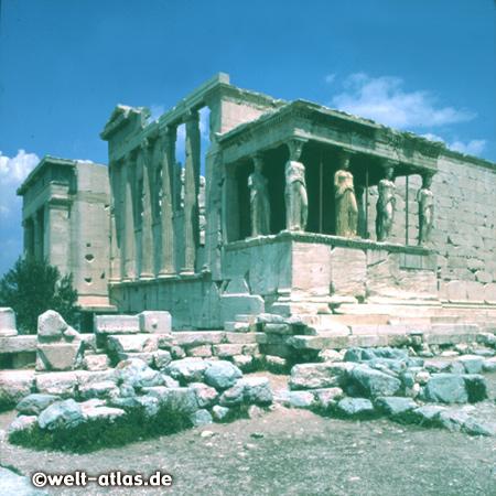 Das Erechtheion auf der Akropolis in Athen mit den Karyatiden der Korenhalle