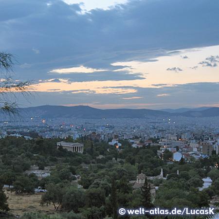 Blick in der Abenddämmerung von der Akropolis auf die Agora mit dem Tempel des Hephaistos