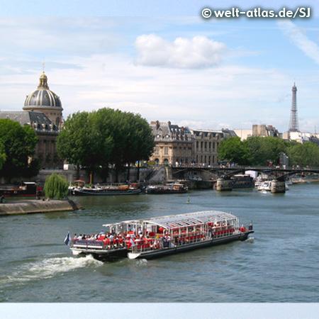 Die Kuppel der Académie française an der Seine mit der Brücke Pont des Arts und dem Eiffelturm im Hintergrund