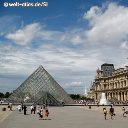 Der Louvre, berühmtes Museum in Paris mit der gläsernen Pyramide