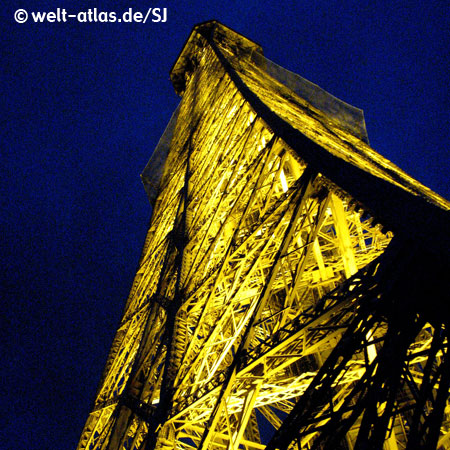 At night under the Eiffel Tower, Details of Construction