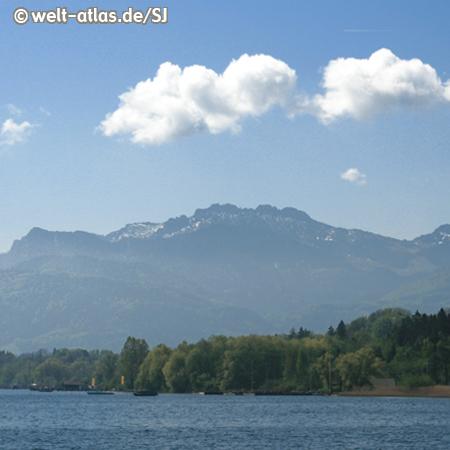 """Blick über den Chiemsee, im Hintergrund die Alpen, größter See in Bayern, """"Bayerisches Meer"""""""