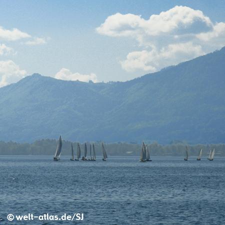 """Blick über den Chiemsee mit Segelbooten, im Hintergrund die Alpen, größter See in Bayern, """"Bayerisches Meer"""""""