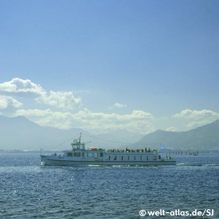 """Schiff MS """"Berta"""" auf dem Chiemsee, im Hintergrund die Alpen"""