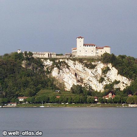 Blick über den Lago Maggiore auf die Burg Rocca di Angera