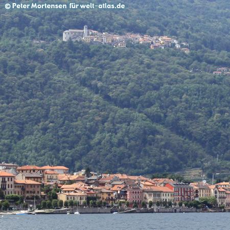 Lago Maggiore, Cannobio vom Boot von Maccagno gesehen, oberhalb liegt das kleine Dorf Sant'Agata