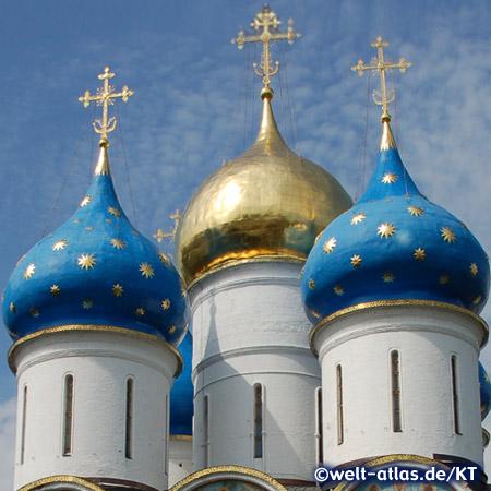 Goldene Sterne auf blauen Kuppeln der Mariä-Entschlafens-Kathedrale im Dreifaltigkeitskloster Sergijew Possad bei Moskau