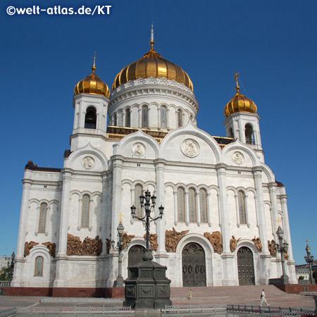 Strahlendes Weiss und goldene Kuppeln der Christ-Erlöser-Kathedrale in Moskau am Ufer der Moskwa