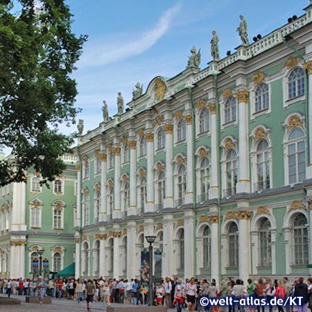 Viele Menschen wollen die Eremitage, eines der bedeutenden Kunstmuseen der Welt im Winterpalast in St. Petersburg besuchen