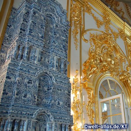 Einer der wunderschönen Kachelöfen im Katharinenpalast in Puschkin bei St. Petersburg